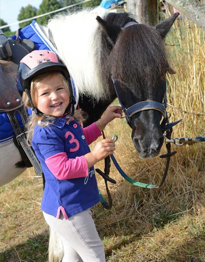 petite avec de poney